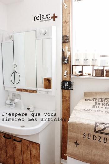 洗面台と洗濯機の隙間にディアウォールの柱を設置。そこにセリアのアイアンバスケットを取り付けると、ブラシやメイク道具などちょっとした小物を収納できます。グリーンを飾ると洗面所が明るく清潔感ある印象に。