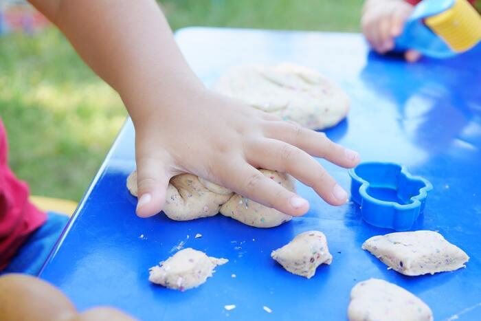 そんな時は、小麦粉で自作のねんどを作りましょう。  【材料】 小麦粉 塩ひと摑み 食用油1滴  これだけあれば作れます。小麦粉の量は適量で問題なく、硬さによって増やしたり減らしたりしてください。手作りなので、安全性もありますし手も汚れにくいです。