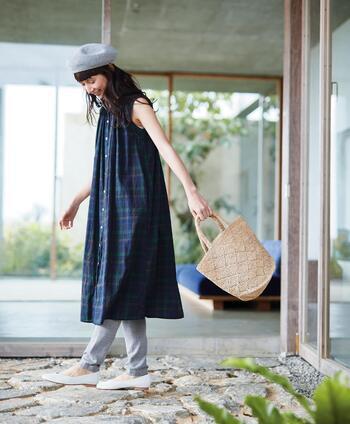 ワンピースやスカート、ロングTシャツなど様々なアイテムと組み合わせることで、トレンド感のある足元を簡単に演出できる優秀アイテム、それが「リブレギンス」です。