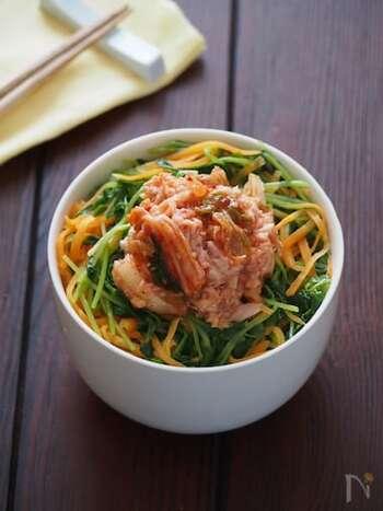 ツナと和えたキムチを乗せた韓国風丼ぶり!豆苗とにんじんのナムルは栄養も彩りもばっちりです。火も使わずパパっと作れるので、ランチにもおすすめですよ。