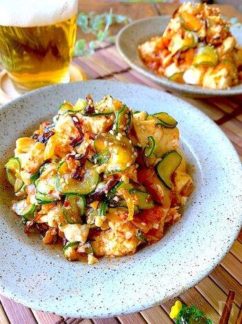 キムチときゅうり、豆腐を和えたお酒が進む一品。おいしさの秘訣は、塩昆布と味の素。うま味たっぷりに仕上がります。さらにごま油でコクもプラス♪