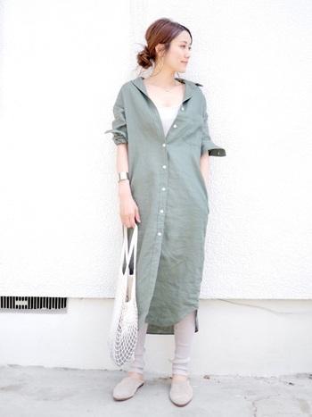 柔らかく女性らしい印象のベージュのリブレギンスは、アースカラーのグリーンのシャツワンピースとの相性も抜群!少し長めの裾をたるませれば、今年らしい大人のナチュラルコーデが完成します。
