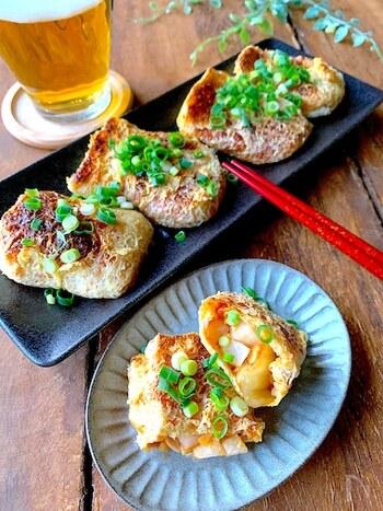 キムチ・納豆・長芋を混ぜて、薄揚げの中に詰めて焼いた一品です。カリっとした揚げとネバネバ絡む具材の食感がマッチ。トースターや魚焼きグリルで焼くのでフライパンに付きっきりにならずに済みますよ。