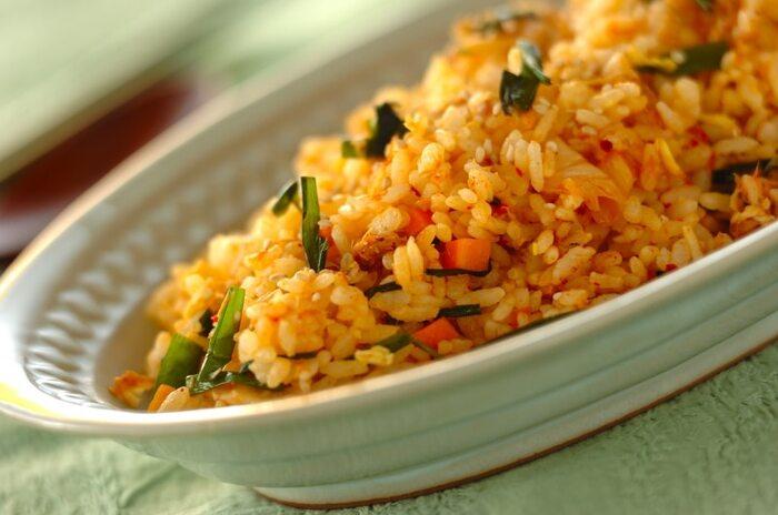 キムチを使ったピリ辛キムチチャーハンのレシピ。ニラを加えて香りよく仕上げます。ツナも入っているので特別な味付けをしなくても大丈夫。コチュジャンの量を調節して、お好みの辛さに仕上げてくださいね。