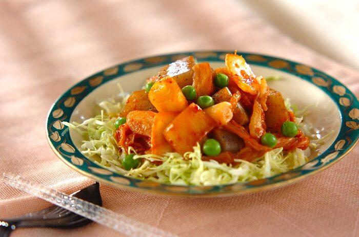 コンニャクとキムチを煮込んだちょっとめずらしい煮物のレシピ。さつま揚げや白ネギが入ってボリュームもばっちりです。コンニャクなのでたくさん食べても罪悪感が少なく、節約にもなりますよ。
