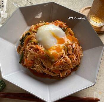 暑い季節にぴったりのキムチを使ったアレンジそうめんレシピ。野菜もたっぷりでこの一皿で栄養もばっちりです。食欲がない時もピリ辛の冷たい麺なら食べられそうですね。