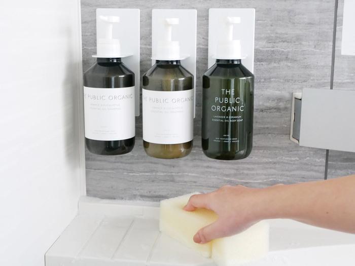「マグネットバスルームディスペンサーホルダー」は、シャンプーボトルの底のぬめりやカビを防ぎ、掃除しやすい機能的なアイテム。壁にペタッと貼るだけで簡単に設置できます。