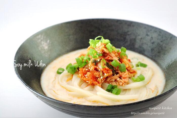 まろやかな豆乳スープにキムチがマッチするうどんのレシピ。暑い時は冷やしうどんで、寒い時はスープごとうどんを茹でてあつあつで頂けます。スピーディに作れるので忙しい時にもおすすめです。