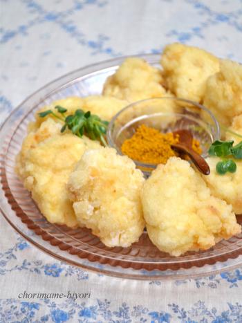 カリカリ&とろ~りとした食感を楽しめる竜田揚げのレシピ。 冷めたら柔らかでまろやかになるため、揚げたてでなくても美味しくいただけます。絹ごし豆腐に焼き麩を加えるのが、柔らかさをアップするポイント。塩に付けて食べるのも美味しいけれど、カレー塩だともっとお箸が進みます。