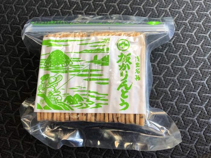 """つい関東の人間は、""""かりんとう""""と言えば、濃厚な蜜を絡めた円筒形のものを頭に浮かべてしまいますが、浅虫の『板かりんとう』は、それとは、一線を画したものです。【永井久慈良餅店の『板かりんとう』】"""