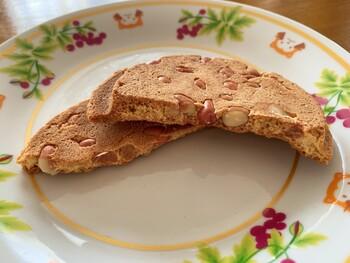 『名代厚焼きせんべい』の中で、特におすすめなのは、丸ごとの落花生をたっぷりと入れた『ピーナッツ』です。コリコリとした落花生の食感と、サクサクした甘い煎餅生地の取り合わせが絶妙なバランスです。