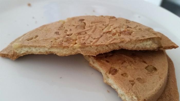 クッキー風タイプなら、『甘くるみ』。せんべいの柔らかな甘味と、胡桃のコリっとした食感とコクがアクセント。どこか懐かしい、ほっとする味わいが魅力の煎餅です。