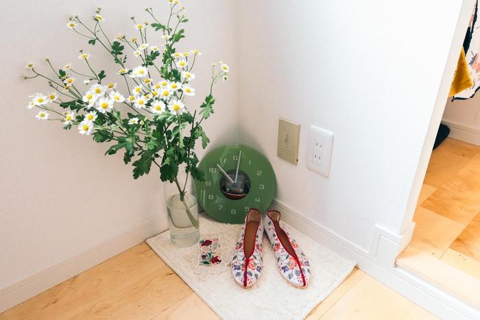 観葉植物を置きたいけどスペースがない…と感じている人もいらっしゃいますよね。そんな時は、玄関に小さなラグを敷いてその上にお気に入りの靴と観葉植物を一緒に置く、というのも空間を明るくするアイデアだといえます。
