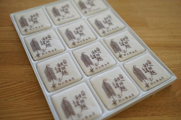 """手作りの秋田諸越の中でも""""元祖""""とされるのが、宝永2(1705)年創業の「杉山壽山堂」です。  それまで当地秋田で作られていたのは、""""米粉(煎米の粉)""""の打ち菓子でした。しかし、初代が秋田特産の小豆粉を用いることを発案し、苦心の末に生まれたのが、今に伝わる""""秋田諸越""""です。  """"諸越""""の名は、初代が、久保田藩(秋田藩)の第4代藩主・佐竹候に献上した際、""""諸々の菓子を超えて風味良し""""と高く評価されたことから、その名が付いたと伝わります。  【贈答、土産に良い「杉山壽山堂」の『元祖秋田諸越』(「杉山壽山堂」は、杉山家が暖簾を下ろしたため、「秋田菓子宗家 かおる堂」のブランドの一つとして受け継がれている。)】"""