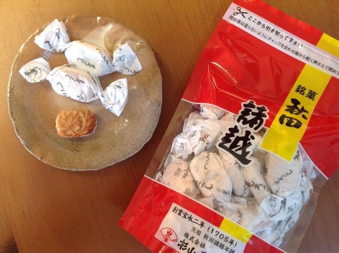 """""""秋田諸越(もろこし)""""は、江戸期から伝わる県の代表銘菓で、落雁(打ち菓子)の一種です。  """"落雁""""は、米や麦等の穀物や栗などの果実を粉に挽き、砂糖や水飴等を練り混ぜ、型で打ち抜き、乾燥させた伝統菓子で、日本各地で作られています。どちらかというと""""落雁""""は、非日常の菓子で、茶事や冠婚葬祭時に用いられるのが一般的です。【小豆粉・砂糖・和三盆糖だけで作られている『秋田諸越 袋入』】"""