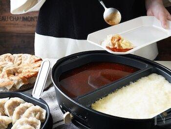 新しい餃子の楽しみ方を教えてくれる「麻辣ソースとチーズのタッカル風餃子」を、ぜひご家庭で*  焼いた餃子に麻辣醤が効いた麻辣ソースと、チーズダッカルビ風のソースを絡めて頂きます。痺れと共に餃子がいくらでも食べられちゃう、魔法のソースですよ。