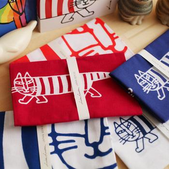リサ・ラーソンのイラスト絵本に登場するマイキーが和の世界へワープ!日本の手ぬぐい専門店「かまわぬ」の職人さんが、1枚1枚手染めした本格派な手ぬぐいです。キッチンでお皿拭きや布巾として、収納の目隠し用の布にしたり、日常のさまざまなシーンで大活躍してくれます♪