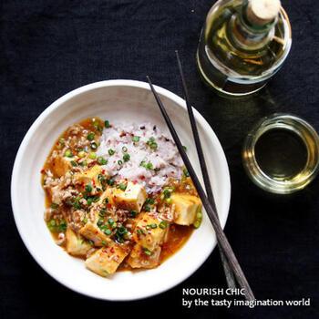 四川風の本格的な麻婆豆腐が食べたい時に覚えておきたいこちらのレシピ。厚揚げでも豆腐でもどちらでも美味しく作ることができますよ。おうちで四川料理が食べられる贅沢レシピです。