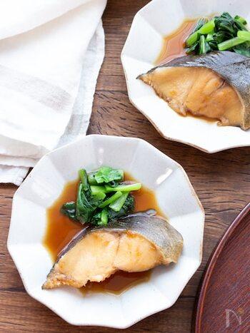 銀鱈は、水気を拭き取って熱湯をかけておきます。フライパンを使うと手軽ですし、途中で煮汁をかけやすく、また取り出しやすいので煮崩れもしにくいのもメリット。味を濃くしたいときは、魚を取り出して、煮汁だけを煮詰めるのがおすすめです。