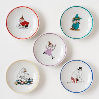 日本を代表する焼きもの「九谷焼」と「ムーミン」がコラボして作られた天塩皿。九谷の伝統色である五彩(赤・黄・緑・紫・紺青)を使い、レトロなムーミンがおしゃれです。お醤油皿にしても、お菓子を乗せても、和も洋もしっくりときます。