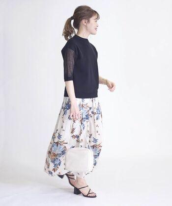 ブラックのトップスが、スカートの花柄を引き立てているコーディネートです。大きな柄も腕の部分のシースルーが軽さを出し、控えめな肌見せで上品に。シアー素材に挑戦したいけれど、全部が透けるのは…という人は腕だけ透けているデザインはいかがでしょうか。