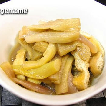 ずいきは、里芋の茎。アクが強いので、皮をはいで酢水に放ち、熱湯でさっとゆでてアクを抜きます。そして、油抜きした油揚げとともに煮て、一晩冷やして味をしみ込ませます。