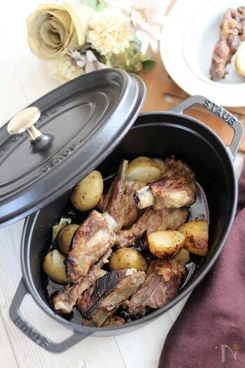 スペアリブは、豪快に焼くのもいいですが、弱火で煮込むとほろほろに柔らかくなって美味しいです。ストウブなど無水調理ができるホーロー鍋を使って、塩・こしょうのみのシンプルな味付けで。肉のうまみを新じゃがが吸って、たまらない味わいです。