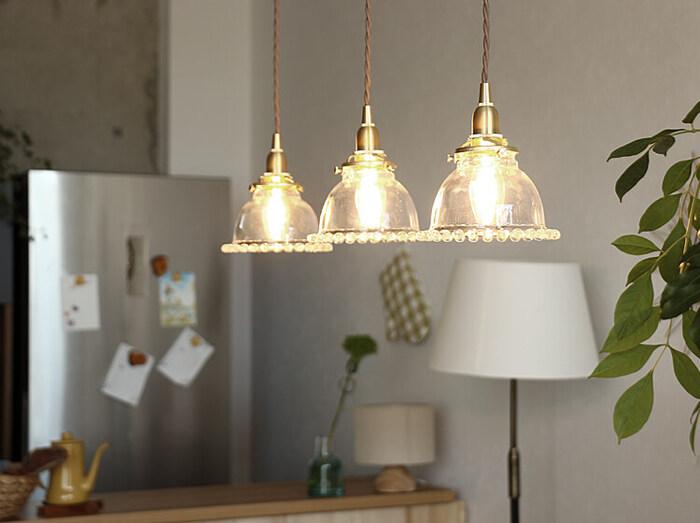 縁に丸いガラス玉が並んだガラスシェードのペンダントライト。シェードが光を遮らないのでお部屋を明るく照らします。控えめなデザインはどんなお部屋にも合います。