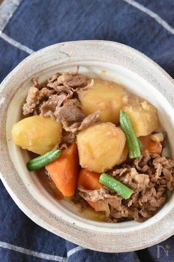 肉じゃがのお肉は、東日本は豚肉、西日本は牛肉を使うことが多いようです。こちらは、牛肉。じゃがいもがホクホクで、煮物の中でも人気が高いですね。最後に強火で煮詰めて味をからませます。