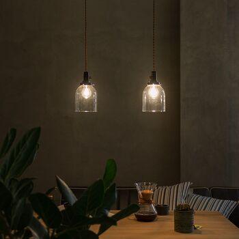 レトロな印象のペンダントライトは、ガラス製でシンプルな佇まい。日本の職人さんによって作られています。