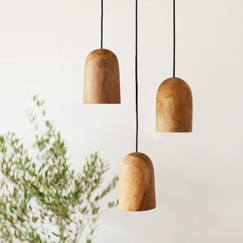 木のぬくもりを感じられるペンダントライト。チーク無垢材を使用していて、一つとして同じ木目のものはありません。照らされる部分が限定的なので、ムーディーな雰囲気になります。