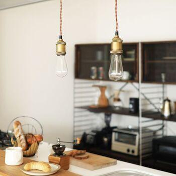 シンプルにエジソン球だけを並べて吊るすのもおすすめ。シェードがない分、明るく見えます。カフェ風キッチンにもぴったりです。