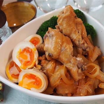 お酢をたっぷり使うので、お肉もほろほろで、玉ねぎもとろとろ。手羽元は骨に沿って切れ目を入れておくことで味がしみやすくなります。さっぱりした味わいで、半熟卵も食欲をそそりますね。
