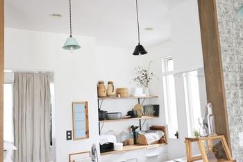 キッチンの照明に大きいシェードのライトをつけると圧迫感が出てしまうので、小さめのライトはぴったりです。いくつか並べると、カフェ風キッチンみたいなおしゃれな空間になりますよ。