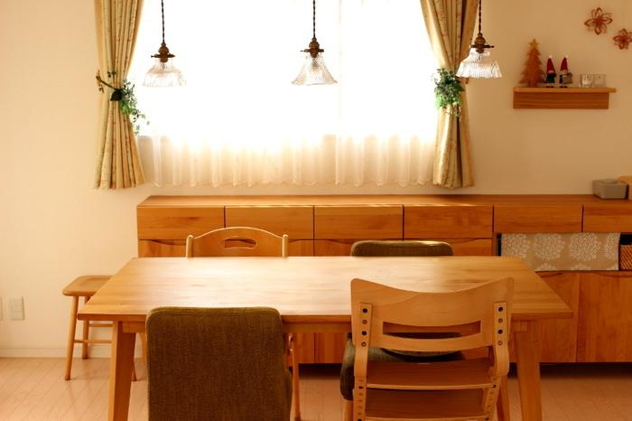 ダイニングテーブルの端まで明かるく照らしたいなら、小さめライトを並べるのが最適です。テーブルが明るいと、料理がおいしそうに見えますよ。