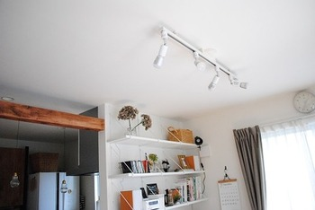 設置場所が一つでも、ダクトレールを使えばライトを複数並べることができます。レールの幅の間ならどこにでもライトをつけられるので、位置の微調整も可能です。