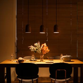ダイニングテーブルの上など、小さいライト1つでは明るさが足りない場合には、2つ以上並べましょう。1つよりも広範囲を明るく照らすことができます。