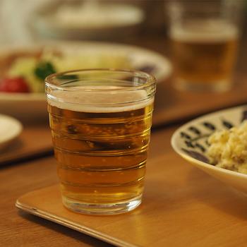 どんな飲み物も美しく見せてくれる無色タイプはもちろん、色とりどりカラーグラスがあるので、お好きなタイプを選んでみてはいかがでしょう。  とっておきの自分用グラスとして、来客へのおもてなしグラスとして…暮らしの風景をぐっと素敵に演出してくれるはずです。