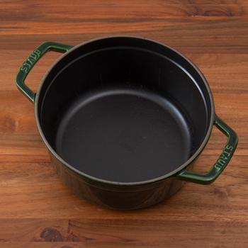 ストウブのなかでも特に人気なのが、ラウンドタイプ。オールラウンドに使える円型の鍋のことで、普段使いにぴったり。無水調理・焼く・炒める・蒸す・揚げるなど幅広い調理に使うことができるので、日々のあらゆる調理に活躍してくれますよ。