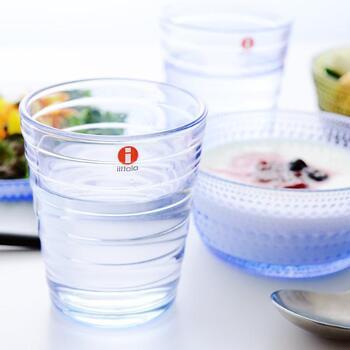 北欧のテーブルウエアブランドとして、世界中の人たちに愛されているのが「イッタラ」。そのロングセラーとなっているグラスが、アイノ・アアルトです。手にフィットする段差の連続が、安定感のある持ちやすさにつながり見た目も素敵。  いくつも揃えたくなる、人に贈りたくなる優秀なグラスです。