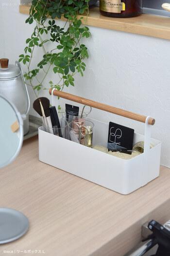 バラつきがちなメイク用品はかごやボックスにまとめる収納がおすすめ。さらに持ち手付きのものを選べば、いつでもどこでもサッと持ち出せて便利♪