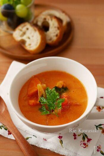 まずはレンジで10分で出来上がる、お手軽スープのレシピから。火を使わない上にすぐできるので、暑くなってきた時期や朝食にもおすすめです。野菜をたっぷり補給できますよ。
