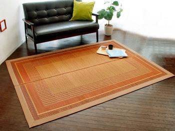 ベージュとオレンジ、ブラウンを基調とした、純国産のい草ラグ。アジアンテイストの落ち着きのあるデザインで、洋室にも和室にも馴染みやすいですね。