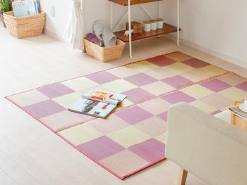 こちらも純国産のい草のラグ。ブロック柄のデザインで、モダンな雰囲気を纏います。洋室のカーペットのようにも見えますね。  定番のグリーンのほか、このように可愛らしいパープルの色みもありますよ。