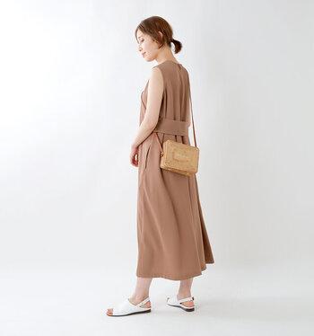 長方形のフォルムが可愛らしいラタンバッグは、小さいけれどモノの収まりがよく、コンパクトにおでかけしたいときにおすすめです。細身で華奢な雰囲気のショルダーベルトで、合わせるお洋服を選びません。