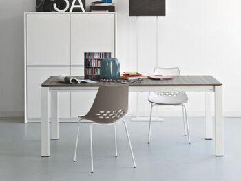 光沢のある白い座面とカラフルな背面の2色使い、背もたれの楕円形の穴が印象的なチェア。片面は白なので、インテリアに取り入れやすそう。遊び心のあるデザインが食事を楽しくしてくれそうです。
