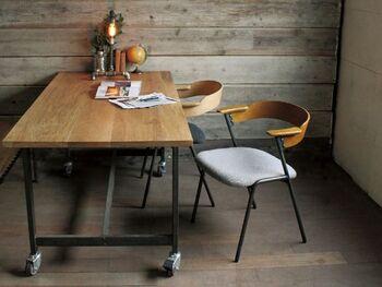 ショートアームチェア。木、スチール、ファブリックそれぞれのパーツが機能的に存在しています。食事をしたり、お茶を飲んだり。随所にこだわりが感じられ、主張せず、空間に馴染むフォルムは気軽に置けるアイテムです。