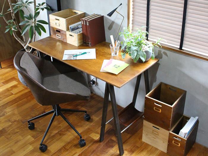 オフィスチェア。独特のムラ感を持つ合皮の背面とファブリックシートは心地よいフィット感。油圧昇降式ならお好みの高さで使用することができますね。