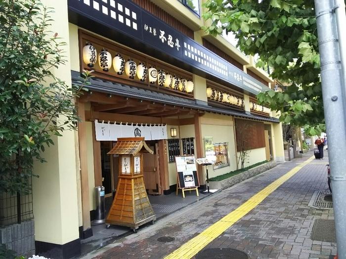 江戸時代から上野で続くうなぎの名店「伊豆栄」。上野にある3店舗のひとつ「不忍亭」は、アメ横から少し歩いた上野広小路駅方面にあります。明るく清潔感のある店内で、極上のうなぎを味わいましょう。