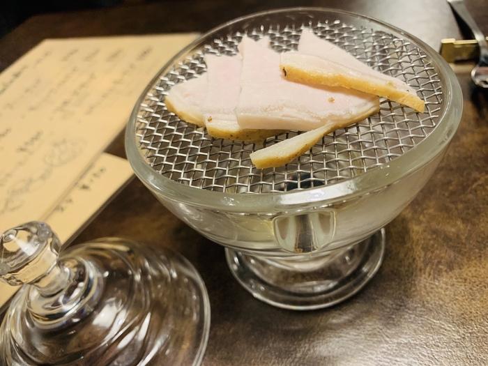 自家製の燻製も絶品です。お肉や魚介類のほかに、チーズやナッツなどさまざまな種類の燻製がいただけます。
